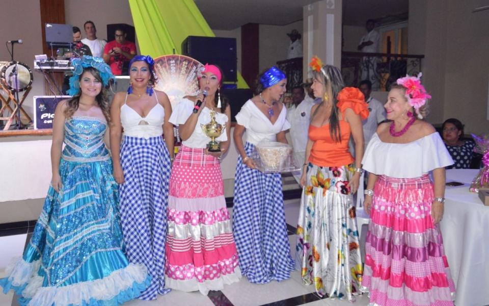 Durante la noche, la Clínica Mar Caribe fue premiada por su aporte a la atención de los niños con cáncer. Las hermanas Pizarro recibieron el reconocimiento.