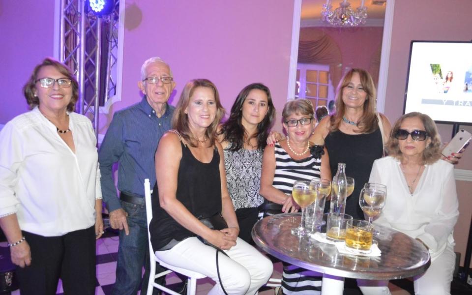 De izquierda a derecha: Marta Durán, Gabriel Talhami, Ema Durán, Natalia Bermúdez, María Victoria Durán, Patricia Durán y María Cristina Bermúdez.