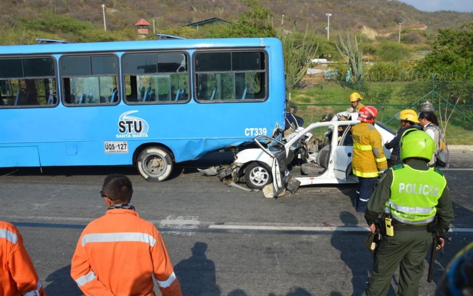 El vehículo impactó a la buseta por la parte de atrás.