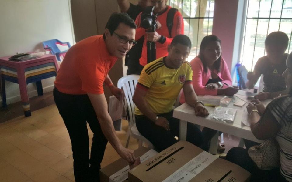 Carlos Caicedo, ejerciendo su derecho al voto.