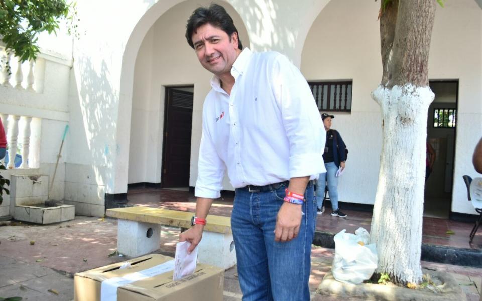 Fabián Castillo, candidato al Senado, ejerciendo su derecho al voto.