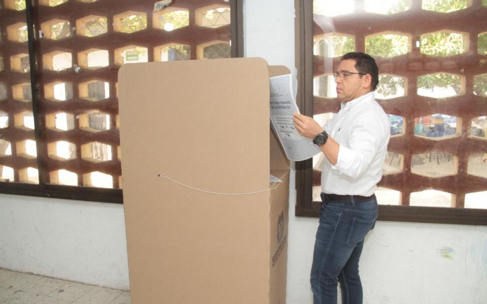 Rafael Martínez, alcalde de la ciudad, votando.