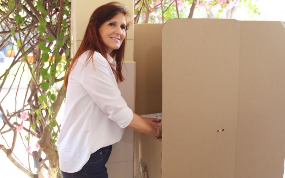 La gobernadora del Magdalena, Rosa Cotes, acudió a tempranas horas a depositar su voto.