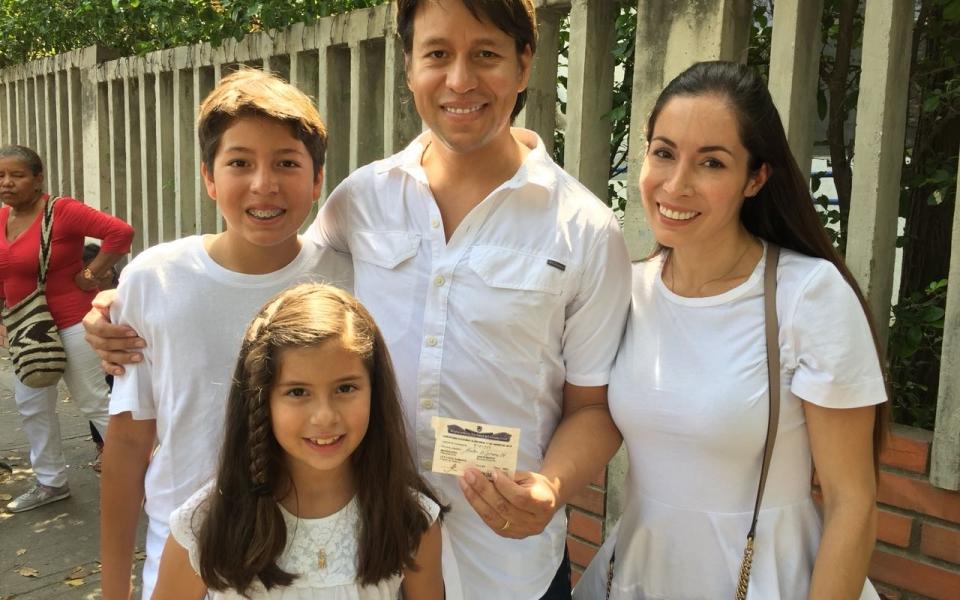 El candidato a la Cámara por el Centro Democrático, Rubén Jiménez, estuvo acompañado de su esposa e hijos.