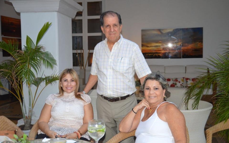 Patricia García, Alfredo Díaz Granados y Martha Abello, miembros del comité de belleza del Magdalena.