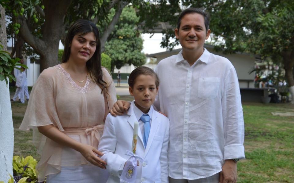 El niño José Eduardo Barreneche Ovalle, en compañía de sus familiares Eduardo José y Helena Juliana Barreneche.