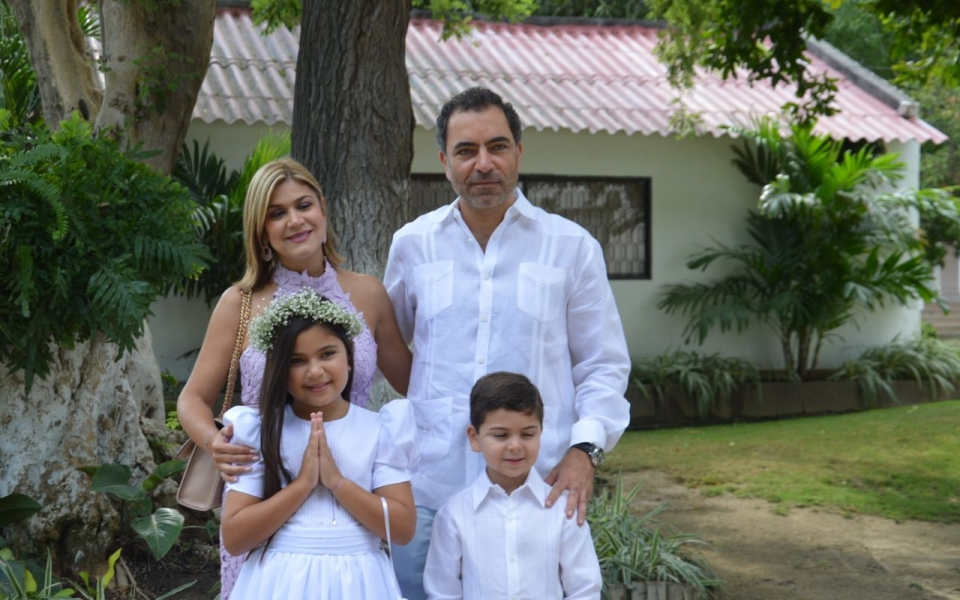 La niña Luciana Chalhoub, en compañía de sus padres Alejandro Chalhoub y Ana María Lacouture, y de su hermano Édgar Chalhoub.
