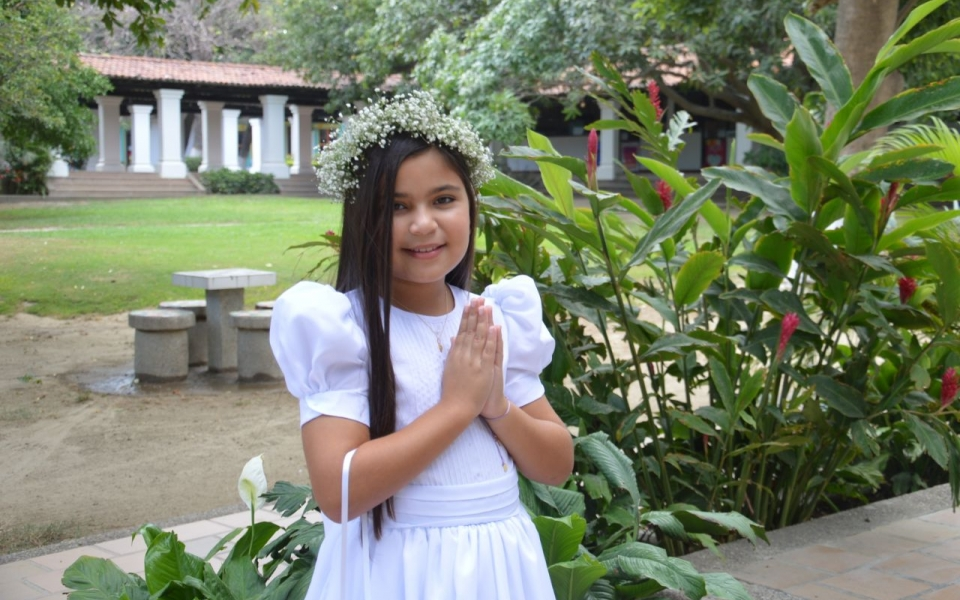 Celebra la primera comunión la niña Luciana Chalhoub.