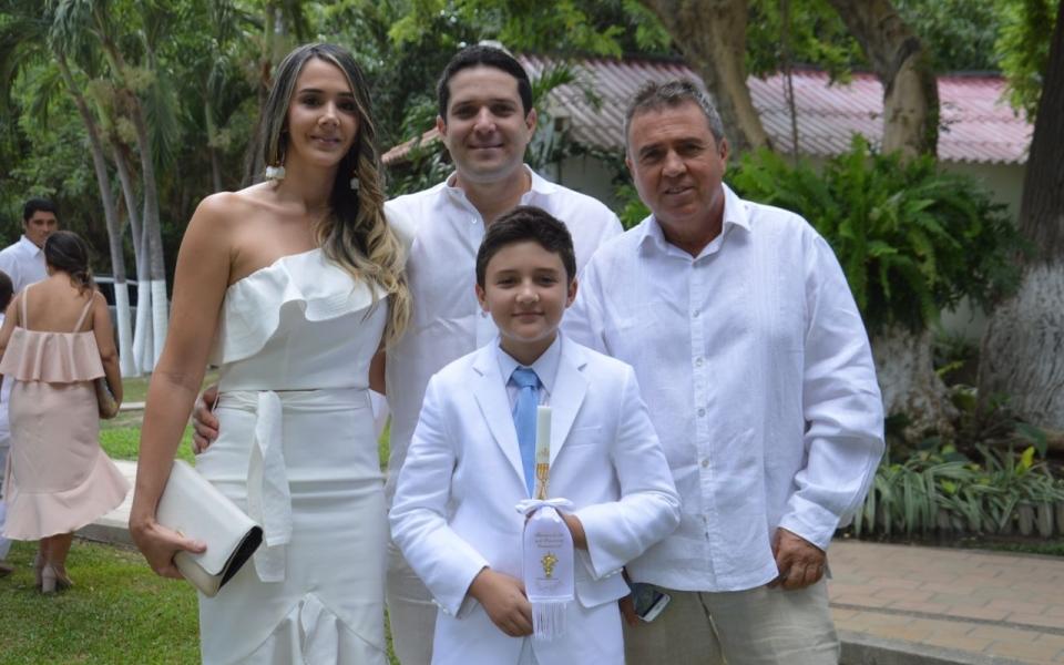 El niño Jacobo Benjumea, junto a sus familiares Érika Acosta, Camilo George y Carlos Benjumea.