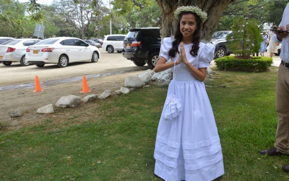 Recibe la primera comunión la niña Angélica Barros Pacheco.