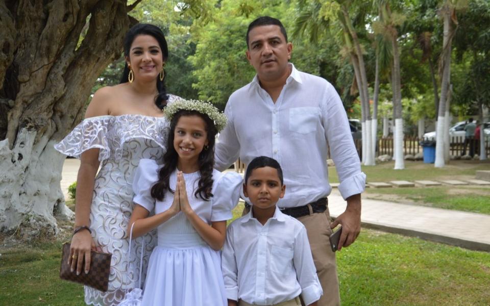 La niña Angélica Barros Pachecho, en compañía de su papá Chesman Barros, su mamá Tatiana Pacheco y su hermano Juan P. Barros.