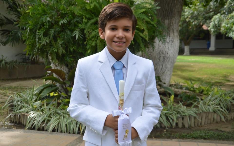 Recibe la primera comunión el niño Sebastián Monsalvo.