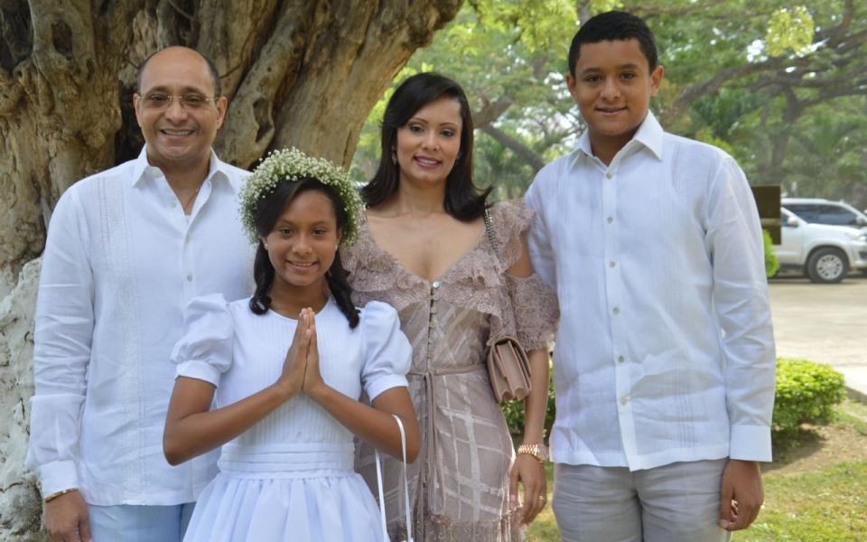 La niña Mariana Gnecco Macías, en compañía de Carolina Macías, Juan Carlos Gnecco y Juan Felipe Gnecco Macías.