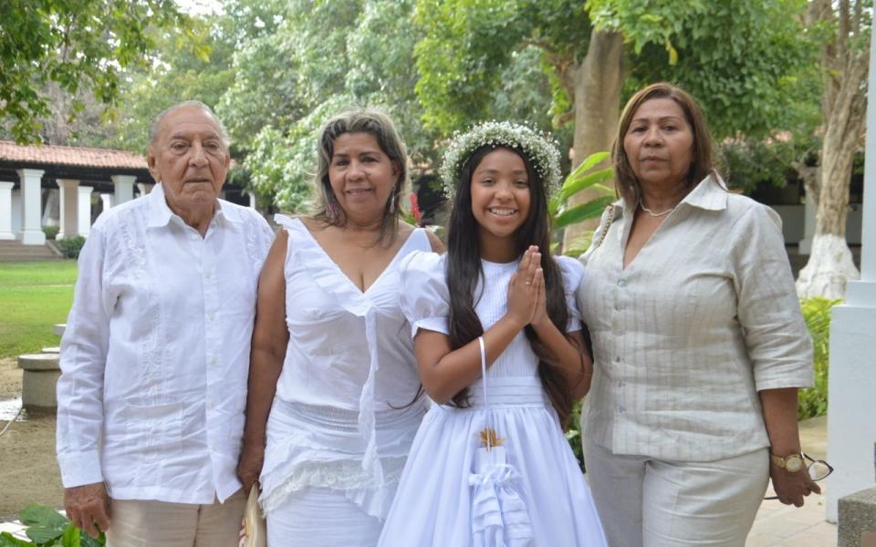 La niña María Laura Barros, acompañada por sus familiares. Entre ellos Vera Barros, Alba Ospino, Jesús Berrío, Carlos Cruz y Jorge Iván Berrío.
