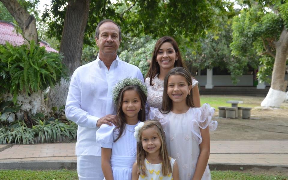 La niña Érika de Vengoechea, acompañada por sus familiares Juan Miguel de Vengoechea y Paula de Vengoechea Fernández de Castro., así como las hermanas Marcela y Paula .