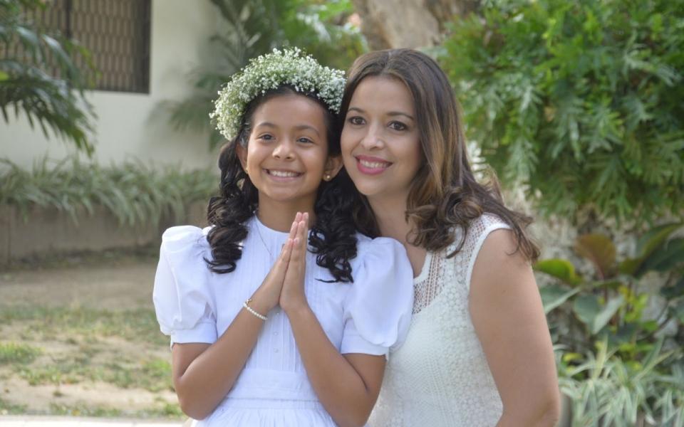 Isabella Pereira Palacio con su mamá Janice Palacio.