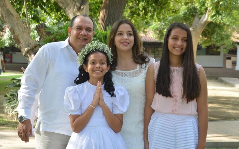 La niña Isabella Pereira, acompañada por sus papás Ramiro Pereira y Janice Palacio, y su hermana Sofía Pereira.