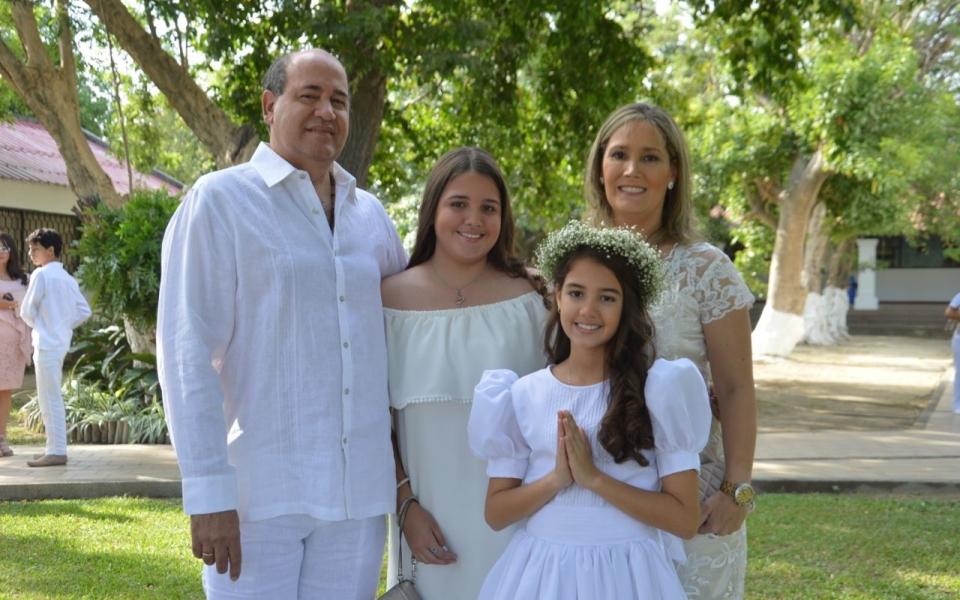 Luciana Valencia Díaz Granados, acompañada por sus papás Santiago Valencia y Ana Cristina Díaz Granados, y su hermana Oriana Valencia.