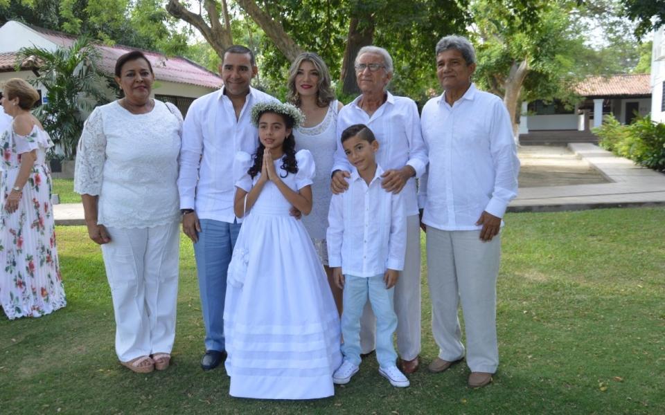 Acompañan a la niña Verónica Bermúdez sus familiares: Róger Bermúdez Morán, Carola Sánchez, Juan Sebastián Bermúdez, Álvaro Sánchez, Emilio Bermúdez y Josefa Morán de Bermúdez.