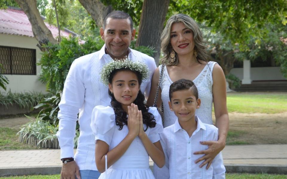 Verónica Bermúdez, acompañada por sus papás Róger Bermmúdez y Carola Sánchez.