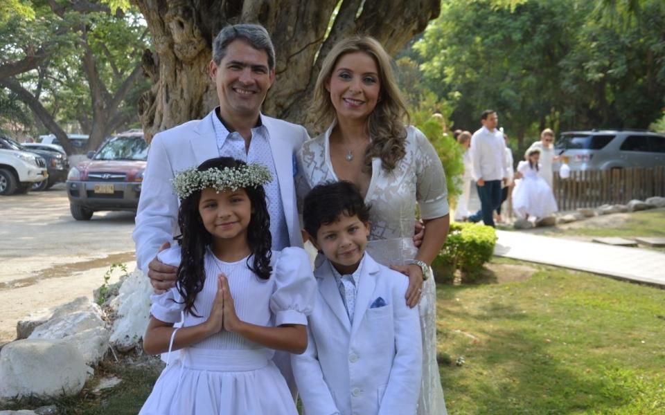 La niña Luciana Gutiérrez, acompañada por sus papás Carlos Gutiérrez Caballero y Mónica Moreno,  y su hermano Carlos Gutiérrez Moreno.