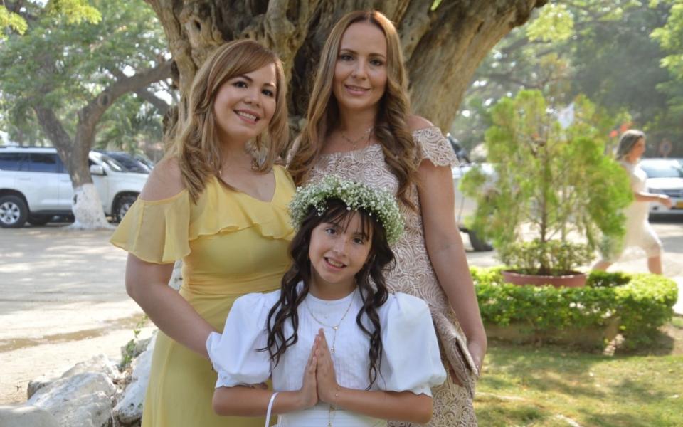 La niña Shiloh Mía Pulido, con María Isabel Uribe y Carmen Quintero.