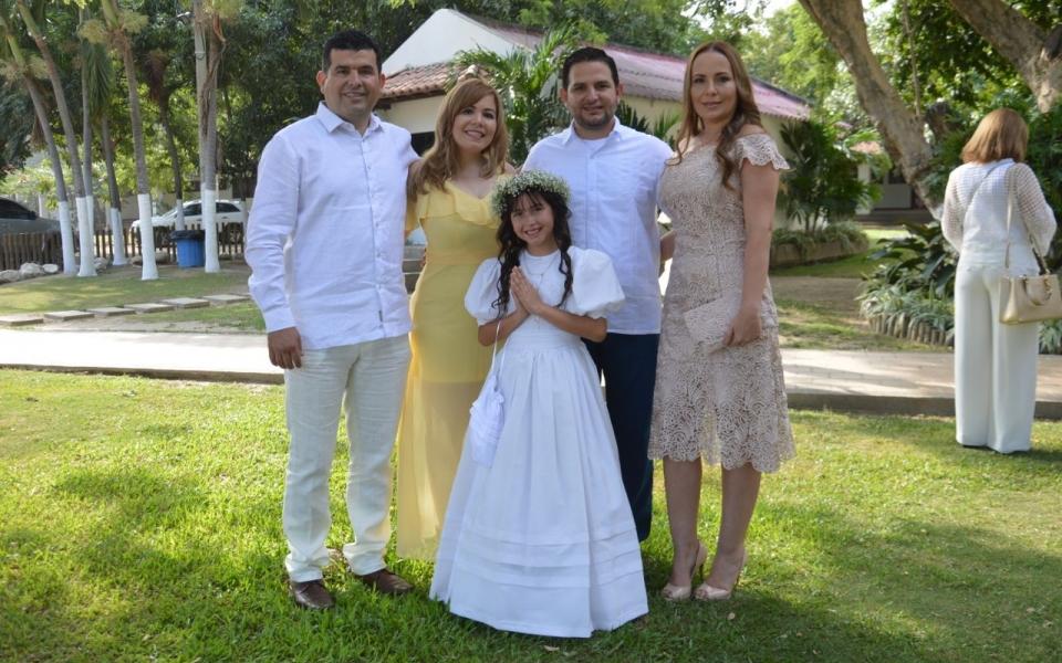 La niña Shiloh Mía Pulido, en compañía de José Luis Quintero Jaraba, María Isabel Uribe Jaraba, Hernando Quintero Jaraba y Carmen Quintero Jaraba.