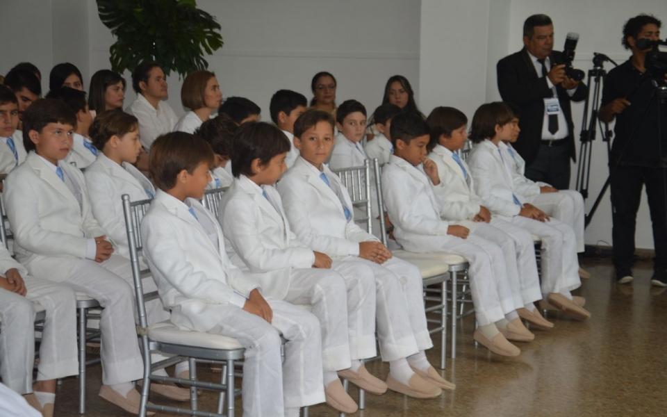 Niños del colegio Bilingüe durante la comunión.