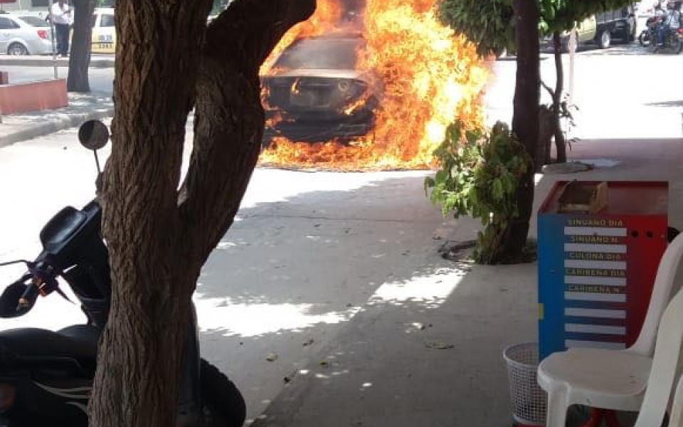 Momentos en que el taxi es consumid por la llamas.