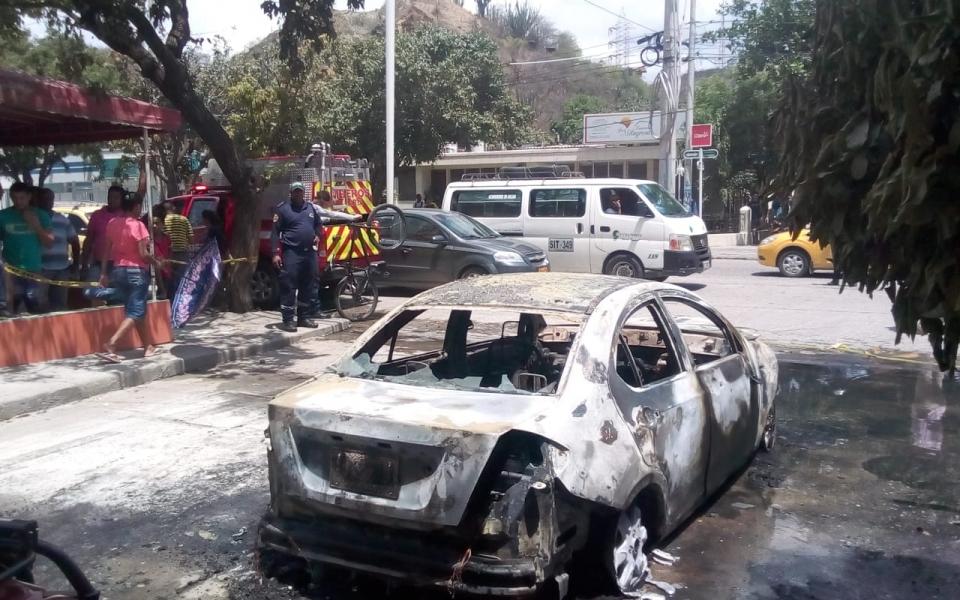 En este estado quedó el taxi luego de la conflagración.