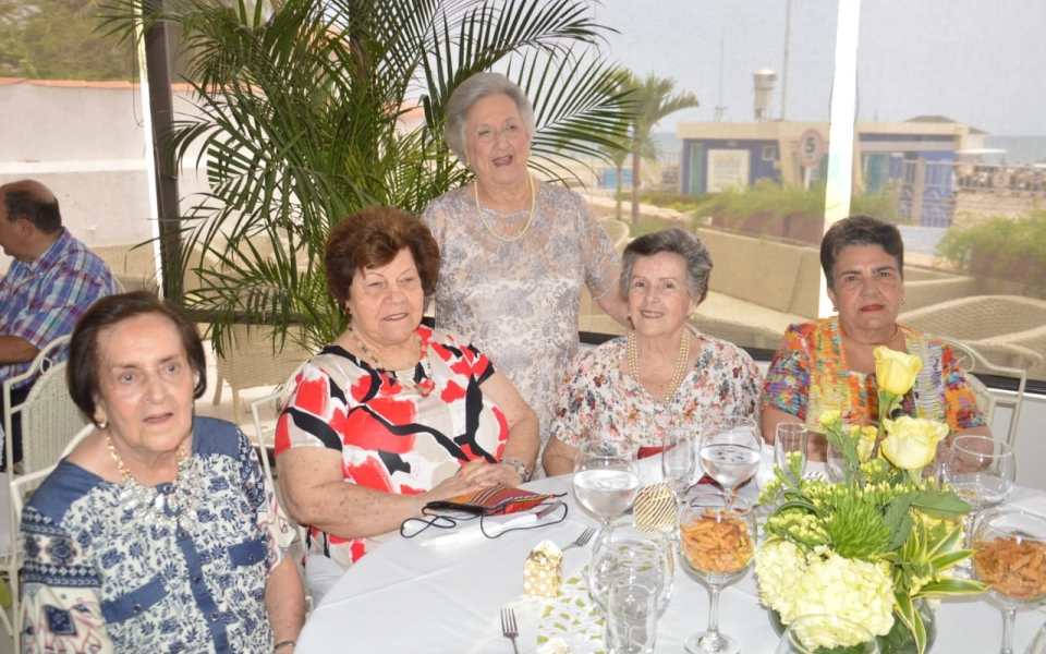 Irma Solano de Correa, Beatriz de Bruges, Fanny Paredes de González, Ana Beatriz Lacouture de Vives y Carmen Di Napoli.