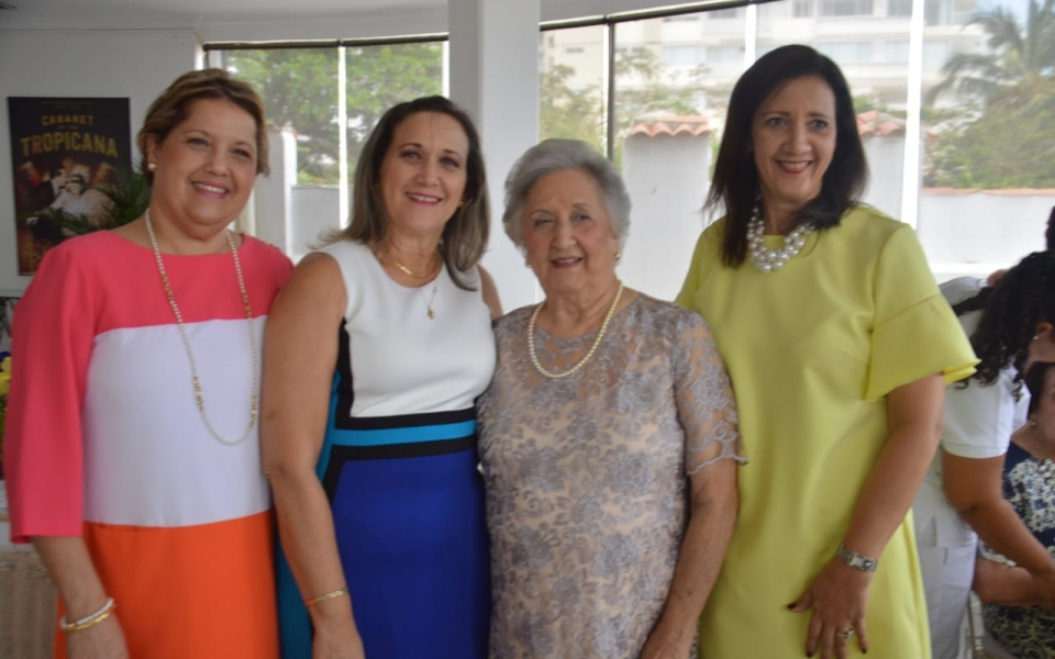 Irma Solano, sus hijas María del Pilar, Ileana y Luz Elena Correa Solano.