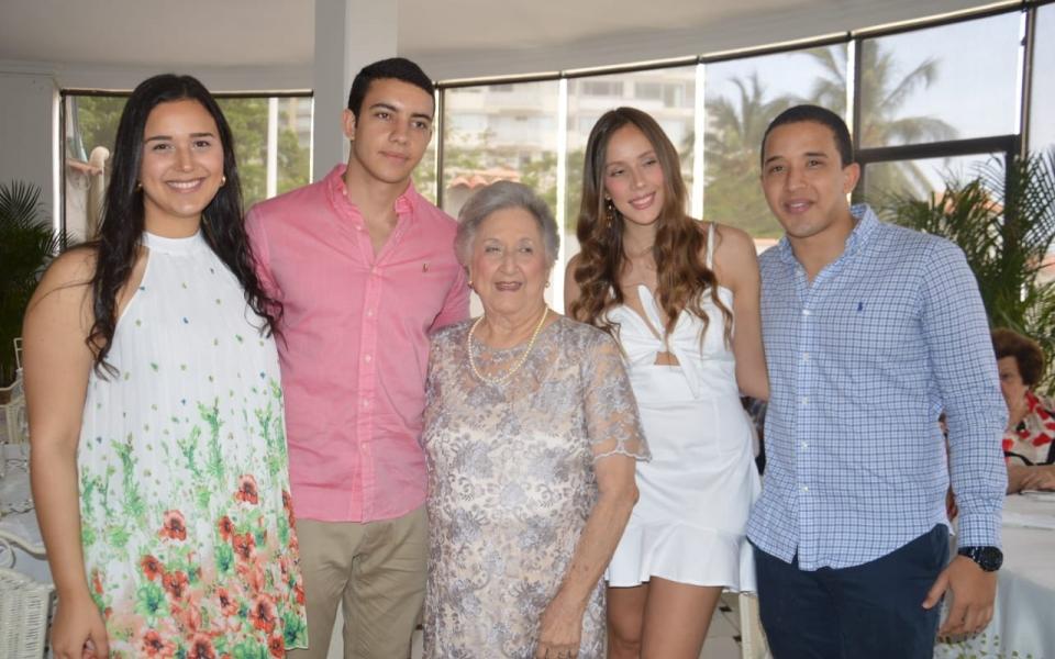 La cumplimentada con Isabela Diazgranados, Hernando González, Daniela González y Eduardo Diazgranados.