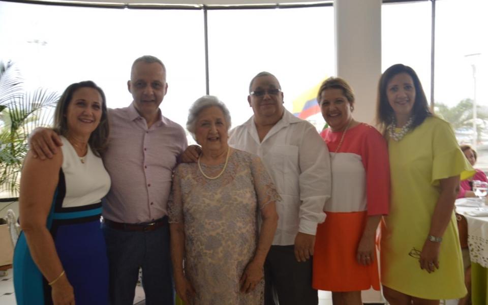 Irma Solano de Correa con sus hijos Alberto, María del Pilar, Abraham, Luz Selena e Ileana Correa Solano.