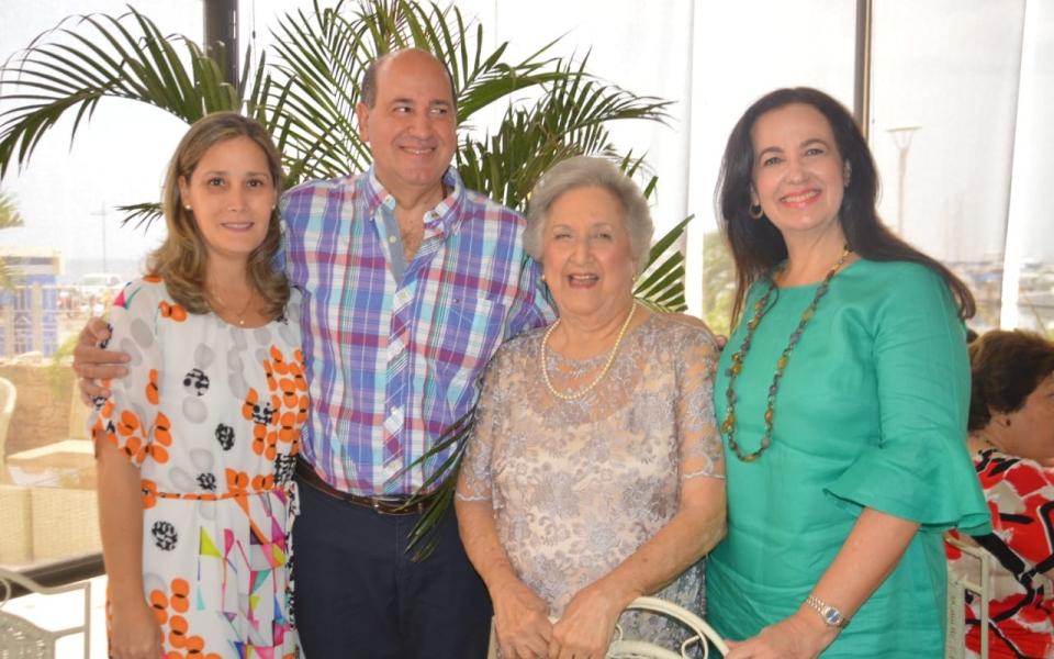 Irma Solano de Correa con Marcela Valencia de Lemus, Santiago Valencia y Ana Cristina Diazgranados.