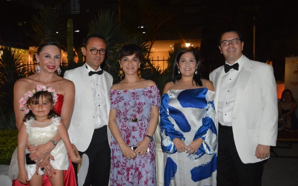 Francesca Cifuentes, Eloisa Vargas, Mauricio Vargas, Mariana Escobar, Paola Buendía y Santi Osorio.