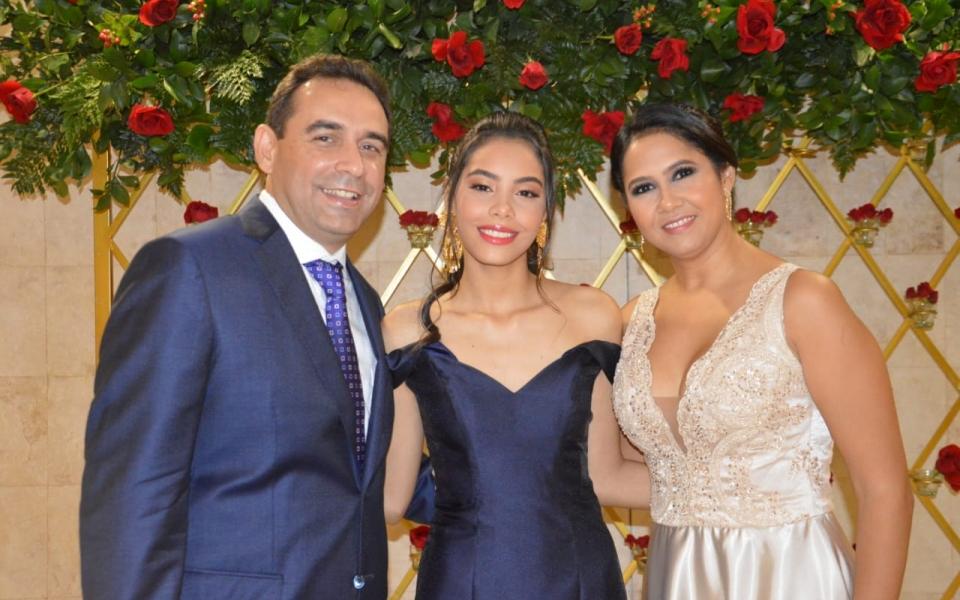 Jaime Noguera y Marcela Torres acompañan a su hija recién graduada, Ana María Noguera.