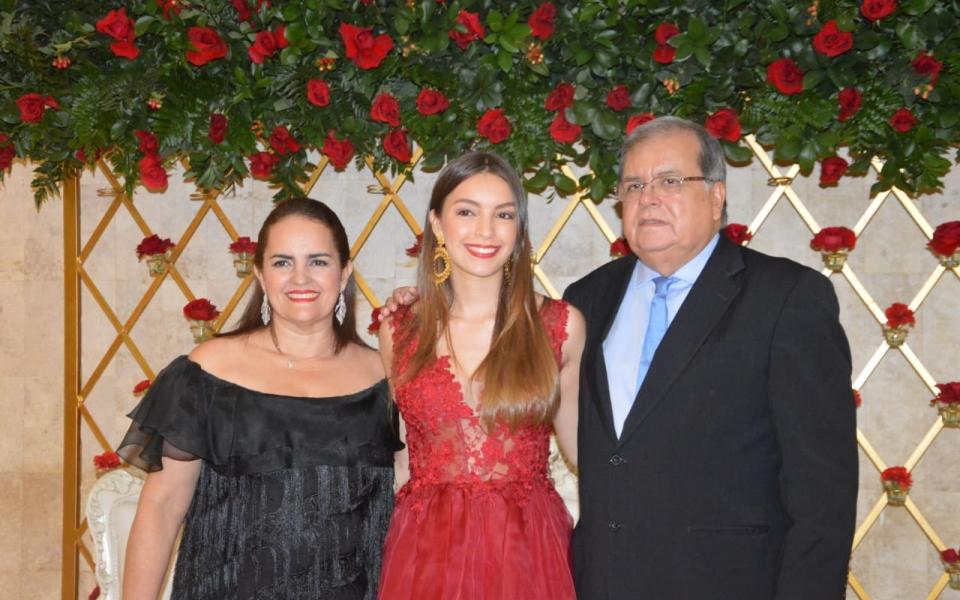 María Alejandra Pérez con sus padres Isbelia Valencia y Alejandro Pérez.
