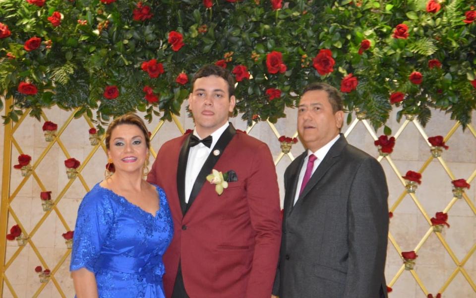 El gerente del Hospital Troconis, Tomás Díaz Granados y Mary García Velásquez, acompañan a su hijo Tomás Díaz Granados García.