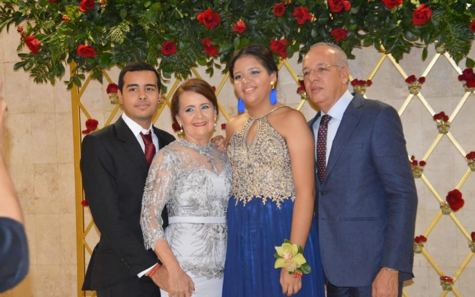 El recién graduado Juan Sebastián Reyes, con sus familiares Marcelo, Camila Reyes y Emperatriz Zapata.