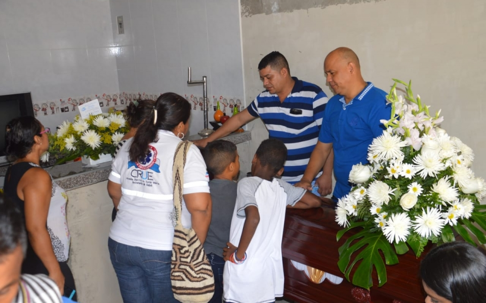 Cientos de personas se han dado cita en la casa de una familiar de Nataly para darle el último adiós.