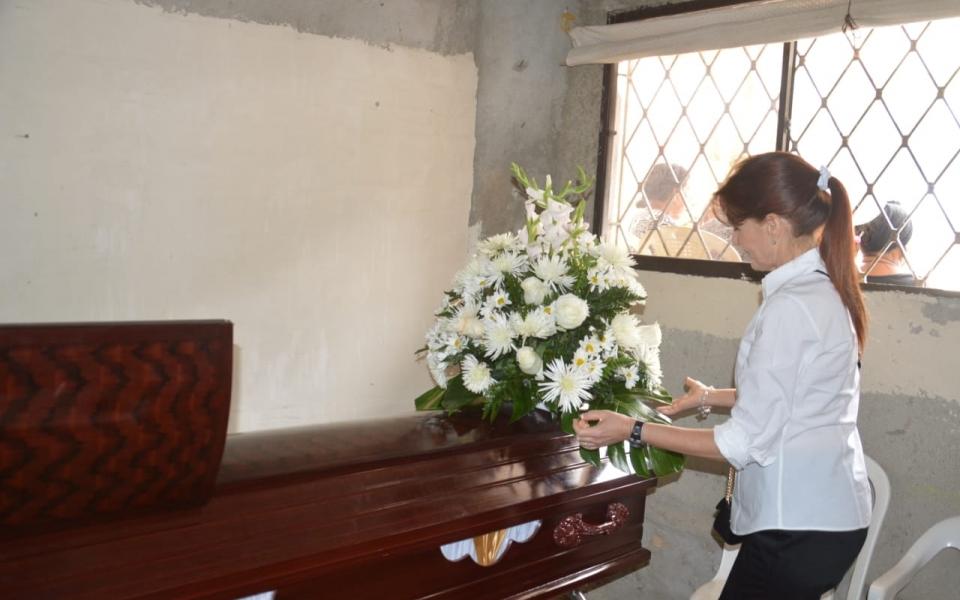 La gobernadora Rosa Cotes entregó flores y condolencias a los familiares de la pequeña Nataly.