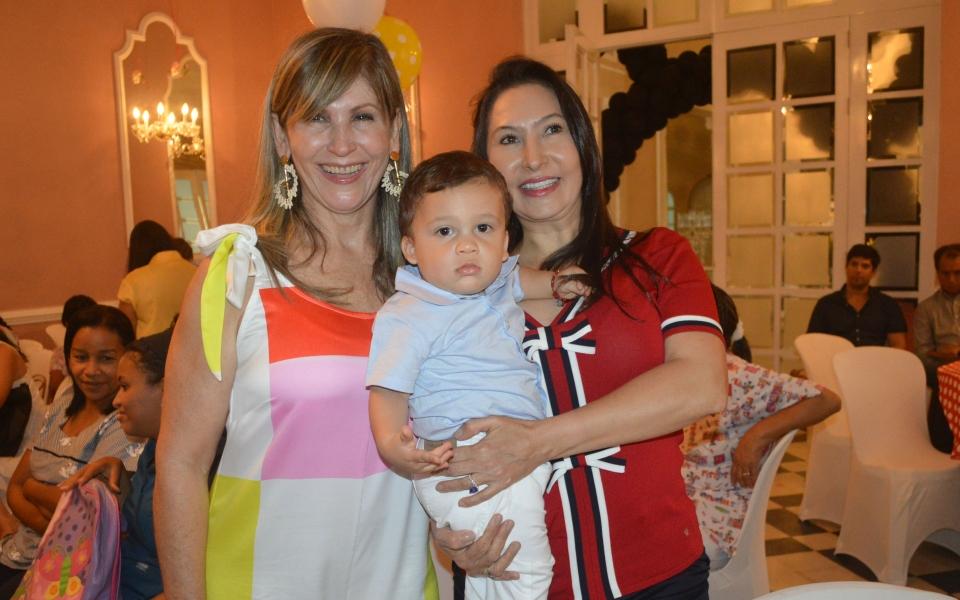 El cumplimentado y sus abuelas Leyla de Rincón y Andrea de Vives.