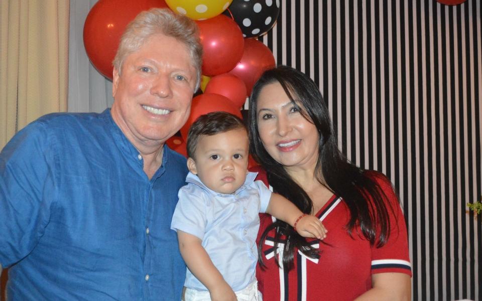 Alejandro Rincón Vives y sus abuelos paternos Luis Alfonso Rincón y Leyla de Rincón.