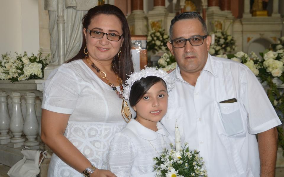Daniela Isabel Pabón Morales en compañía de sus padres Liliana Morales Acuña y Alexander Pabón López.