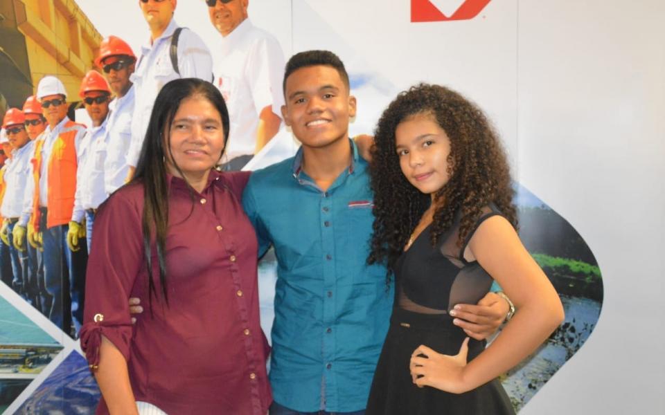 José Martínez Gamero, beneficiado de Ciénaga con una beca de Drummond, junto a su madre, Janeth María Gamero y su hermana Lizeth  Adriana Martínez Gamero.