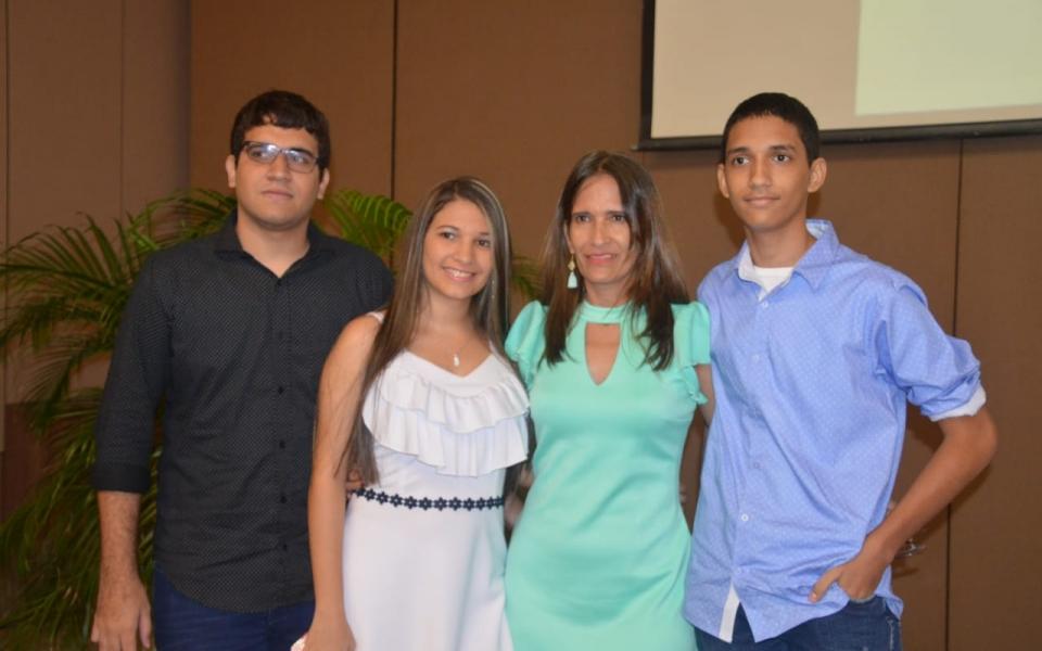 Valentina Miranda Bernal, también de Ciénaga, con Santiago Andrés Miranda Bernal, su hermano, y Andrés Felipe Miranda Bernal, y su madre, Jeanete Elvira Bernal Peña.
