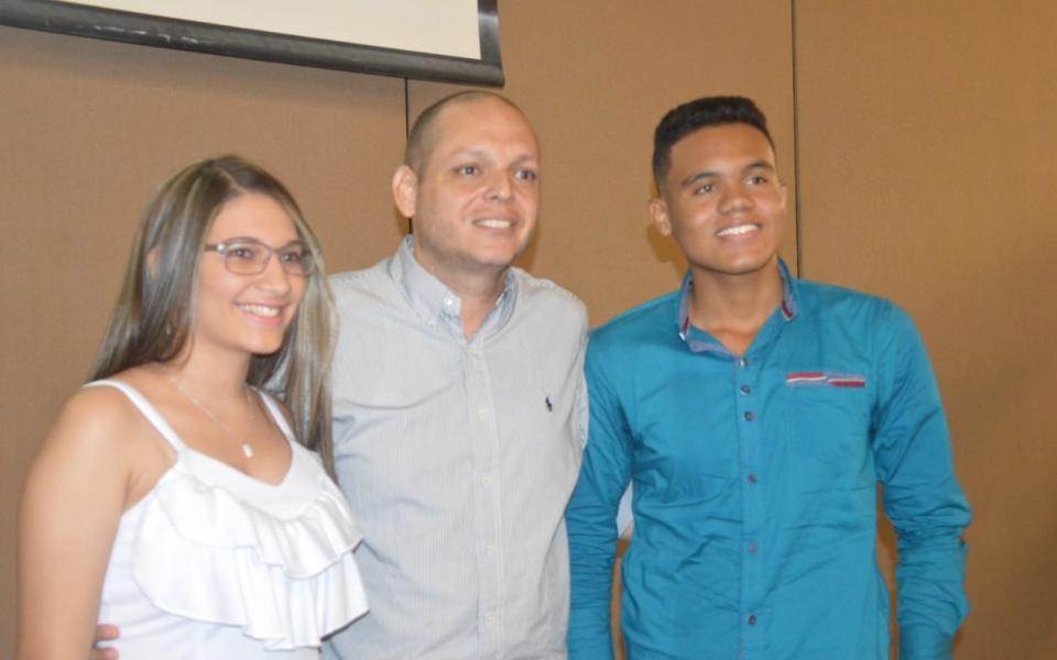 El alcalde de Ciénaga, Edgardo de Jesús Pérez Díaz, junto a los dos cienagueros que obtuvieron la beca de la Drummond, José Martínez Gamero y Valentina Miranda Bernal.