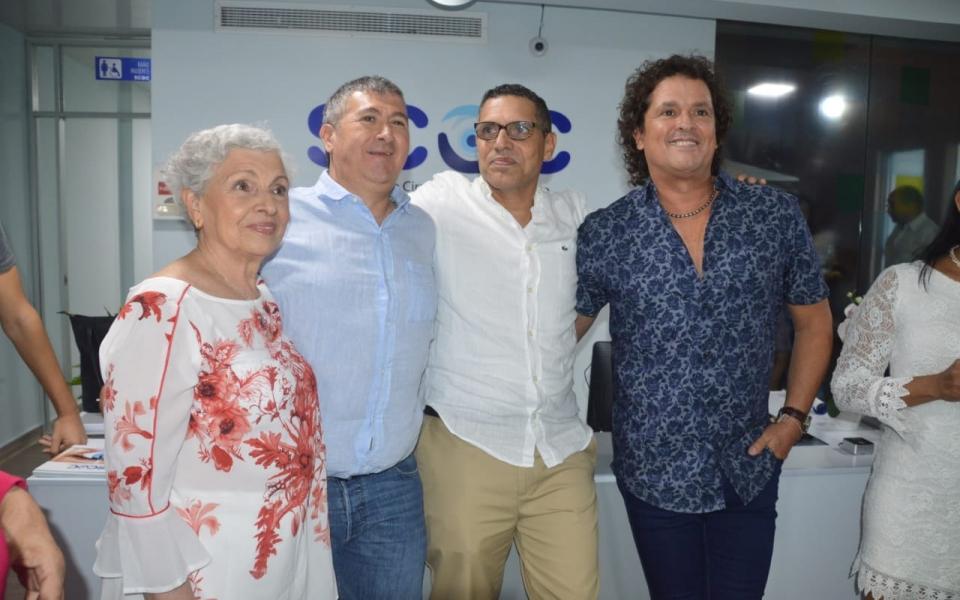 El cantante Carlos Vives en compañía de algunos de sus familiares: Luis Francisco Vives, Juan Vives y Araceli Restrepo, madre del artista.