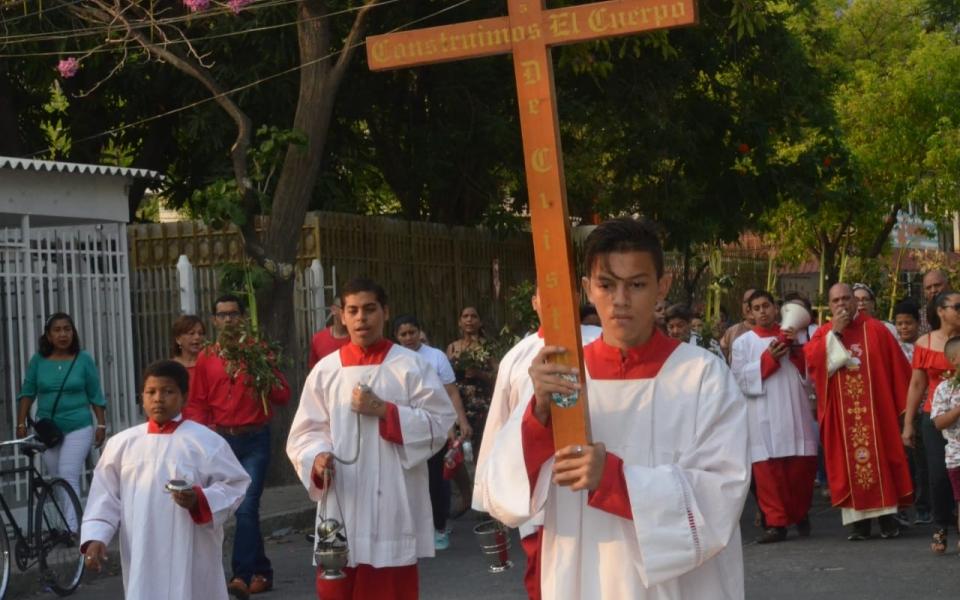 Con procesión, los feligreses de Iglesia Nuestra Señora de Fátima del barrio Manzanares inician su domingo